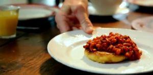 朝食#1 手作りポテトケーキのベイクドビーンズ乗せ Homemade baked beans with potato cakes