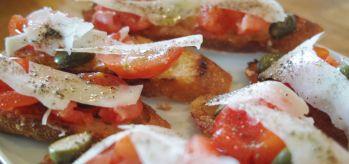トマトとペコリーノのブルスケッタ